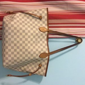 I am selling a Louis Vuitton handbag